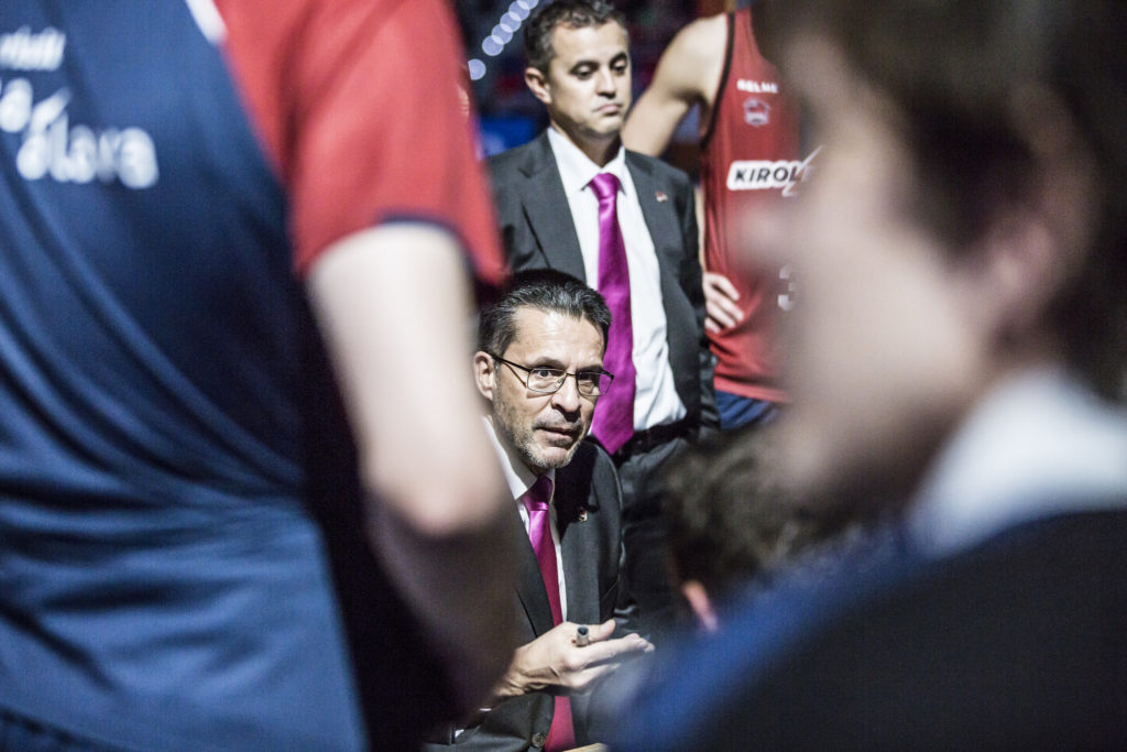 Pedro Martínez dando instrucciones a sus jugadores en un encuentro